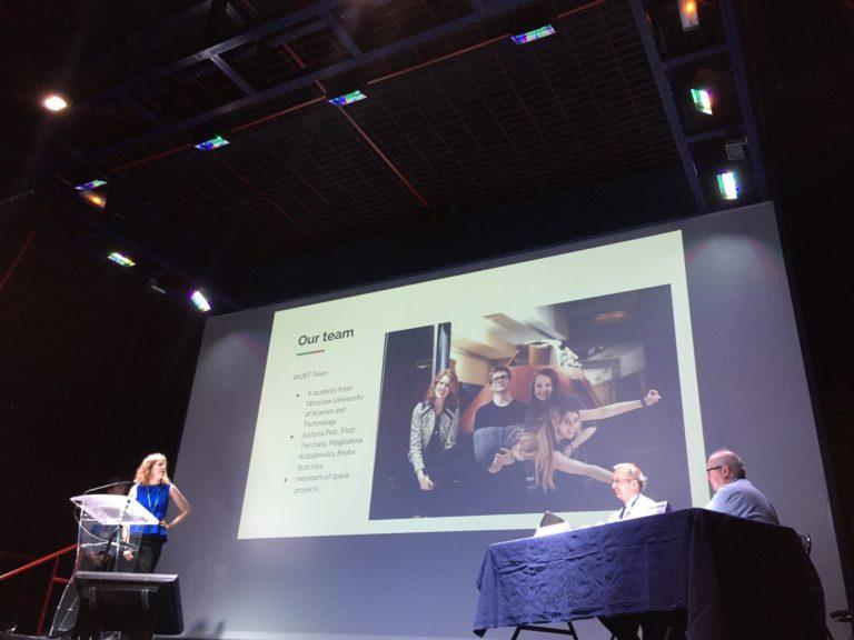 Justyna Pelc występuje na scenie SAC prezentując dokonania zespołu Innspace
