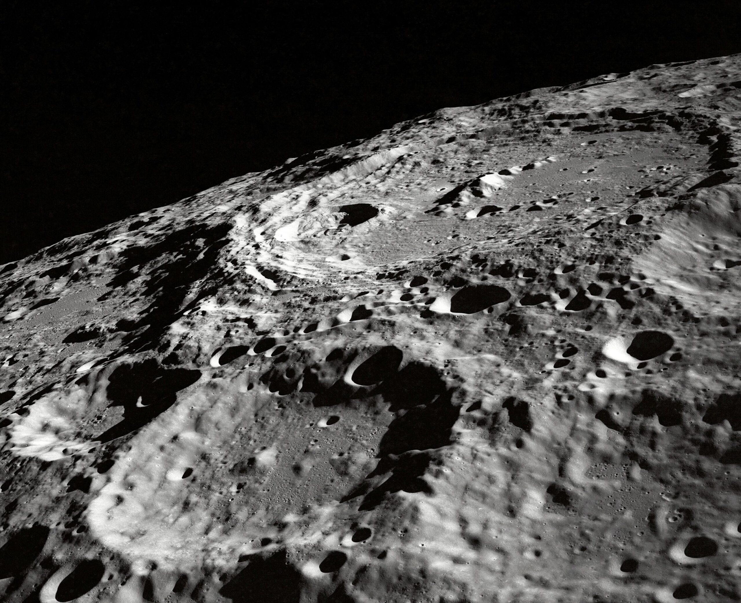 Księżyc – o biegunach słów kilka